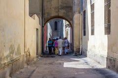 Schmale Straße in der alten Stadt Stockbild