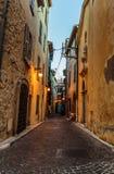 Schmale Straße in der alten Stadt Antibes in Frankreich lizenzfreies stockbild