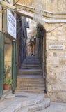 Schmale Straße in der alten Stadt von Jerusalem Lizenzfreies Stockbild