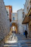 Schmale Straße in der alten Stadt von Jerusalem Stockbilder