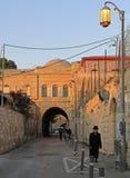 Schmale Straße in der alten Stadt von Jerusalem, Israel Lizenzfreies Stockfoto
