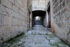 Schmale Straße in der alten Stadt von Korcula, Kroatien Lizenzfreies Stockbild