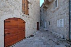Schmale Straße in der alten Stadt von Korcula, Kroatien Lizenzfreie Stockfotografie