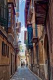 Schmale Straße in der alten Stadt von Palma de Mallorca, Spanien stockbild