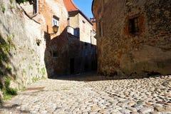 Schmale Straße in der alten Stadt von Ptuj lizenzfreie stockbilder