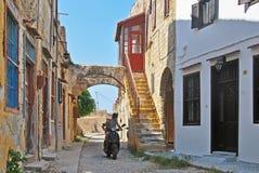Schmale Straße der alten Stadt von Rhodos Lizenzfreies Stockfoto