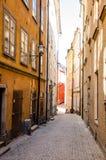 Schmale Straße in der alten Stadt von Stockholm, Schweden Stockfoto
