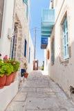 Schmale Straße in der griechischen Art Lizenzfreie Stockfotografie