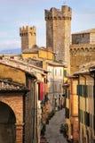 Schmale Straße in der historischen Mitte von Montalcino-Stadt mit fortre Lizenzfreies Stockbild