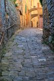 Schmale Straße in der historischen Mitte von Montalcino-Stadt, ` Orci Val d Stockfoto