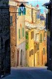 Schmale Straße in der historischen Mitte von Montalcino-Stadt, ` Orci Val d Lizenzfreie Stockfotos