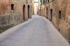 Schmale Straße in der historischen Mitte von Montalcino-Stadt, ` Orci Val d Lizenzfreies Stockfoto