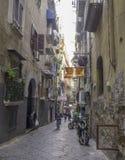 Schmale Straße in der historischen Mitte von Neapel, Italien Lizenzfreie Stockfotos
