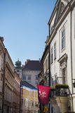 Schmale Straße in der Stadt von Krakau in Polen lizenzfreies stockfoto