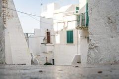 Schmale Straße in der weißen Stadt von Ostuni, Puglia, Italien lizenzfreie stockbilder