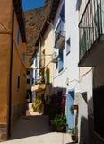Schmale Straße des alten spanischen Dorfs Stockfotos