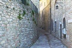 Schmale Straße, die in eine Stadt von Toskana steigt Lizenzfreies Stockbild