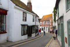 Schmale Straße durch Rye in Ost-Sussex lizenzfreies stockbild