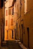 Schmale Straße in einer alten Nachbarschaft in einer Kleinstadt Stockfotos
