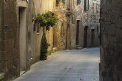 Schmale Straße in einer Stadt von Toskana Stockfotos