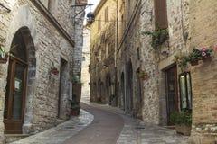 Schmale Straße in einer Stadt von Toskana Stockbild