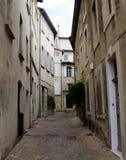 Schmale Straße in historischem Avignon stockbild