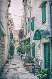 Schmale Straße in historischem Trogir, analoger Filter Stockfoto