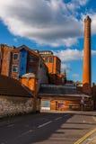 Schmale Straße, Industriebauten der alten Fabrik des roten Backsteins, hallo stockbild