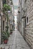 Schmale Straße innerhalb alter Stadt Dubrovniks in Kroatien lizenzfreie stockfotografie