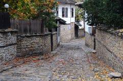 Schmale Straße in Lovech lizenzfreies stockbild