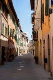 Schmale Straße mit alten Fassaden in einem Toskana-Dorf - Italien stockfotos