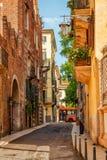 Schmale Straße mit alten Häusern in Verona Italien Lizenzfreies Stockbild