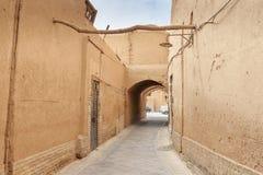 Schmale Straße mit Bögen der alten Stadt in Yazd iran Stockbild