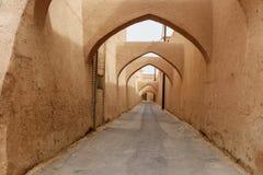 Schmale Straße mit Bögen der alten Stadt in Yazd iran Lizenzfreies Stockbild