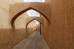 Schmale Straße mit Bögen der alten Stadt in Yazd iran Stockfotos