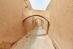 Schmale Straße mit Bögen der alten Stadt in Yazd iran Lizenzfreie Stockfotografie