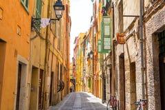Schmale Straße mit bunten Häusern in Menton, Taubenschlag d ` azur, französisches Riviera, Frankreich stockfotos