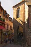 Schmale Straße mit ersten Touristen Alte Gebäude der alten Stadt auf der berühmten Mont Saint Michel-Insel lizenzfreie stockfotos