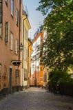 Schmale Straße mit Fahrrädern in der alten Stadt von Stockholm, Schweden Stockfotografie