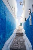 Schmale Straße mit gemalten blauen Wänden Lizenzfreies Stockbild