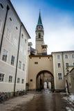 Schmale Straße mit katholischer Kirche in Salzburg stockbilder