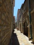 Schmale Straße mit Pflasterung in alter Stadt Budva, Montenegro lizenzfreie stockbilder