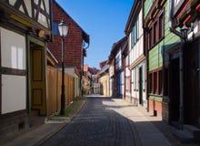 Schmale Straße mit schönen Häusern stockbild
