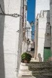 Schmale Straße in Ostuni, Puglia, Italien stockfotografie