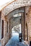 Schmale Straße in Rhodos Griechenland lizenzfreie stockfotografie