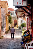 Schmale Straße in Rhodos Griechenland stockfoto