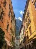Schmale Straße Riva del Garda, Italien stockfotos