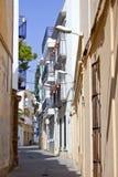 Schmale Straße in Sitges während des Sommer Siesta Lizenzfreie Stockfotografie