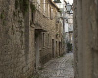 Schmale Straße in Trogir, Kroatien lizenzfreie stockbilder