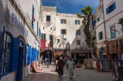Schmale Straße und bunte alte Häuser von mittelalterlichem Medina von Essa Stockfotografie